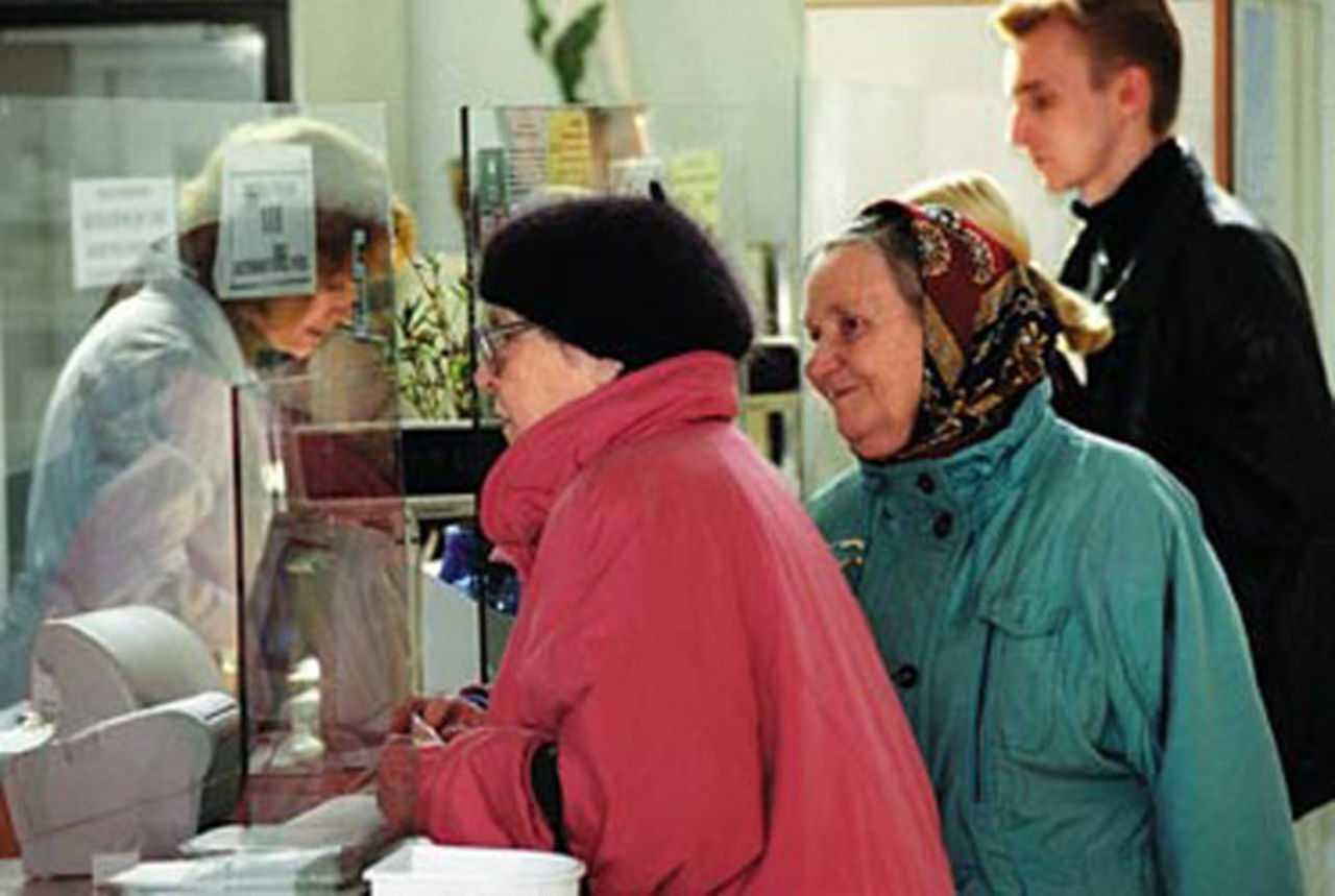 пенсионерка у окошка на почте